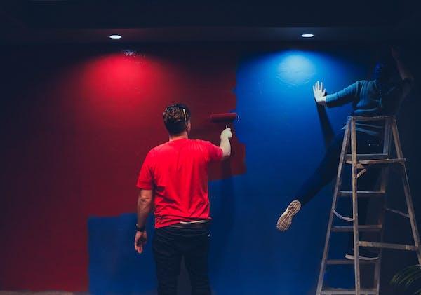 壁を塗るプロ