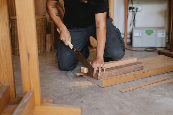 DIYをする男性