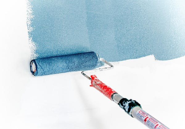 青い塗料のローラー