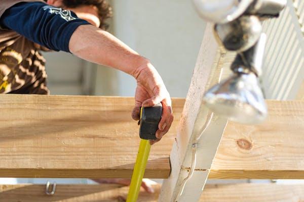 木材を計る人
