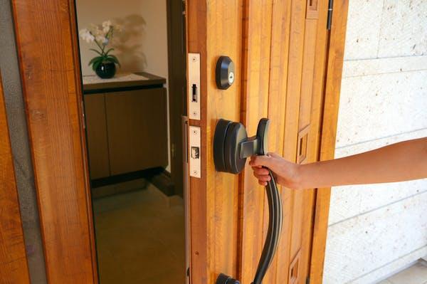 ドアを開ける人