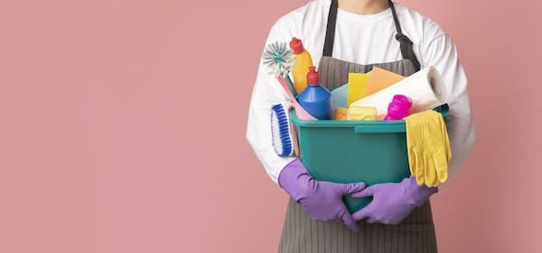 掃除用具を持つ人