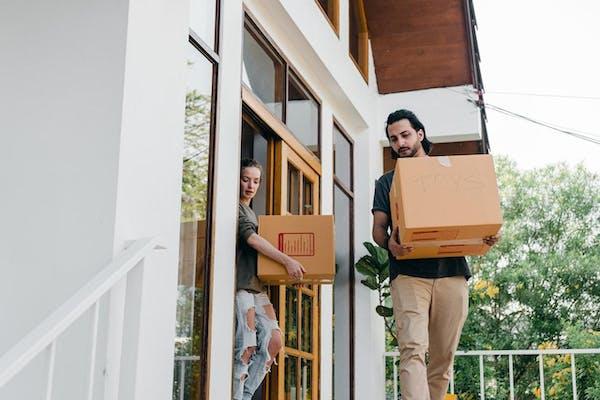 荷物を運び出すカップル
