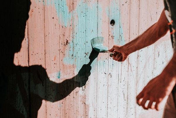板を塗る人