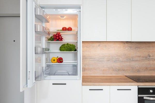 冷蔵庫の霜取りと水抜きをする方法