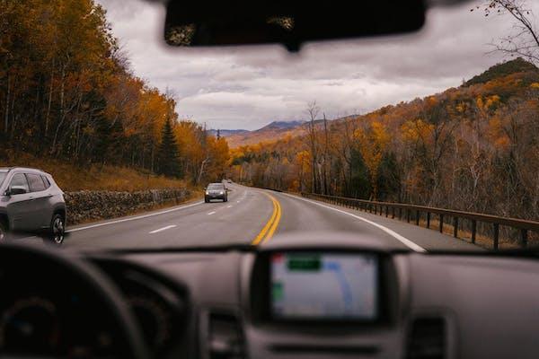 窓から見える道路
