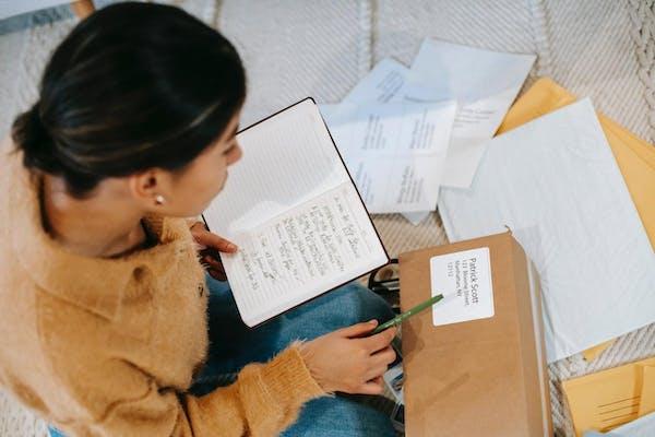 郵便物をチェックする女性
