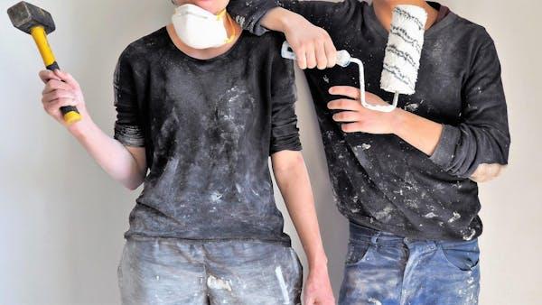 外壁を塗る男女
