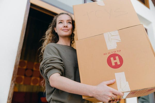 荷物を運ぶ女性