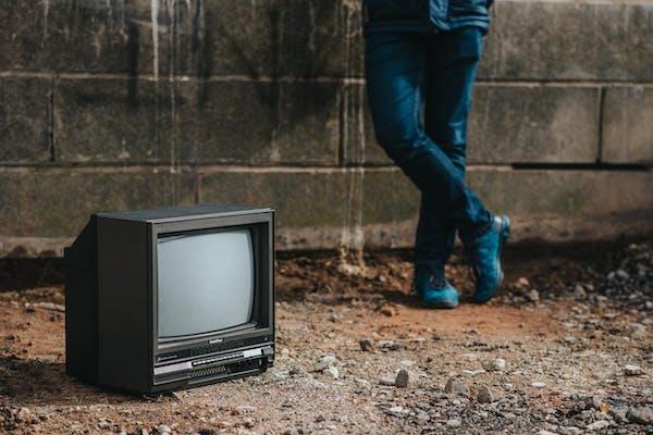 地面に置かれたテレビ
