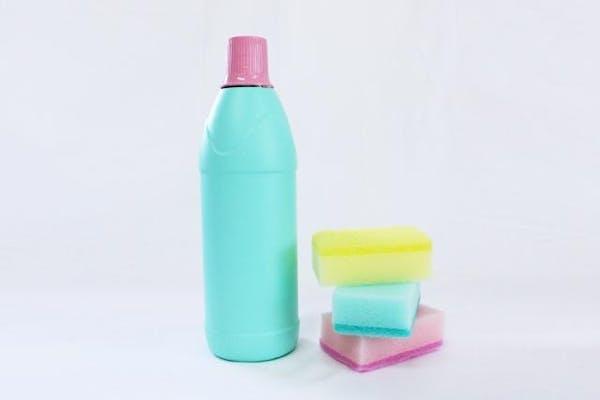 漂白剤とスポンジ