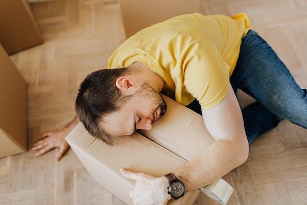 段ボールに寝転ぶ人