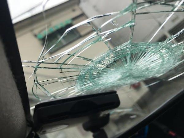 ひび割れたフロントガラス