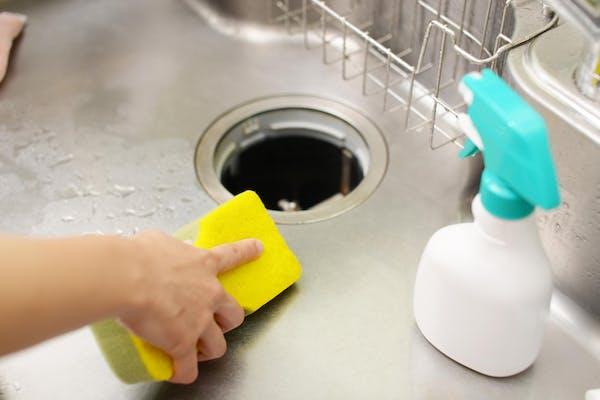排水溝を掃除する人
