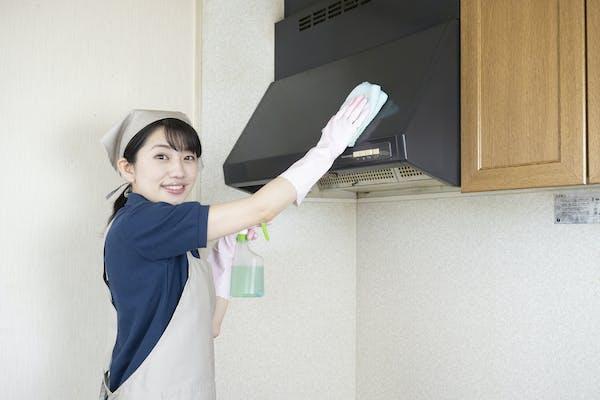 レンジフードの掃除をする女性
