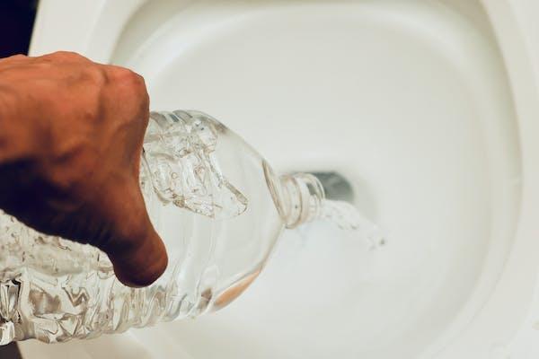 トイレに水を流す