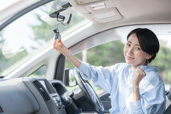 若い女性 運転 ドライブレコーダー