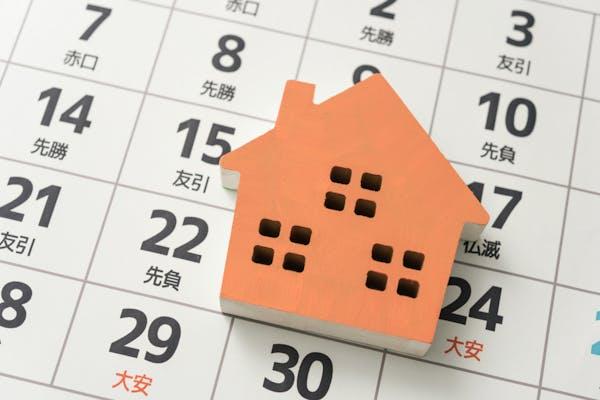 家の模型とカレンダー