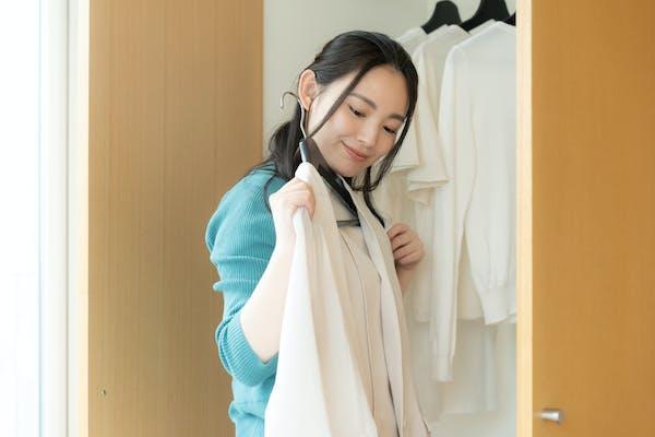 ファッションコーデに悩む若い女性