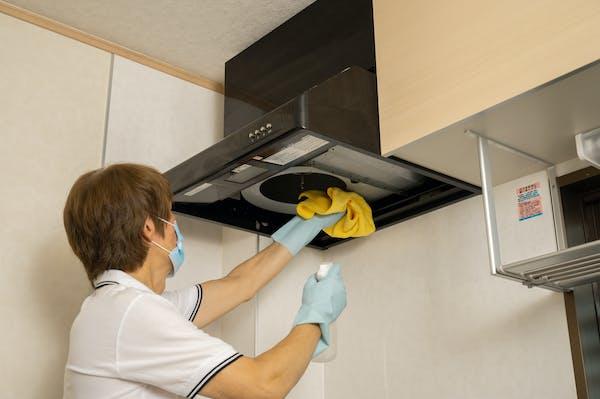 換気扇の内部を拭き掃除する様子