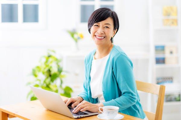 パソコンを操作するシニア女性