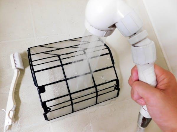 エアコンフィルターをシャワーで掃除