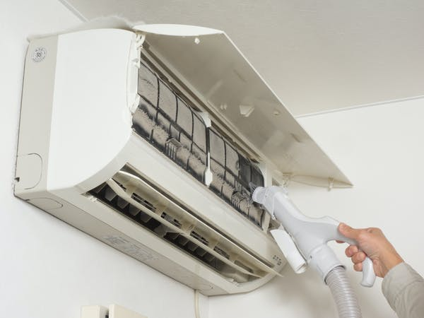 フィルターが汚れたエアコンを掃除する