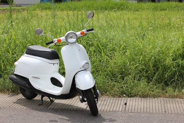 白い原付バイク