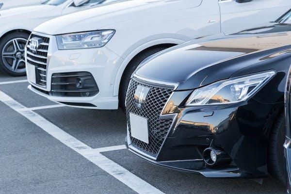 駐車場の自動車