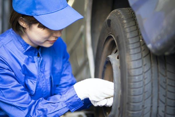 女性自動車整備士