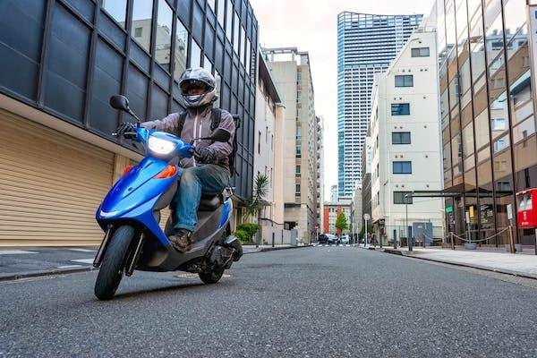 バイク通勤をする男性